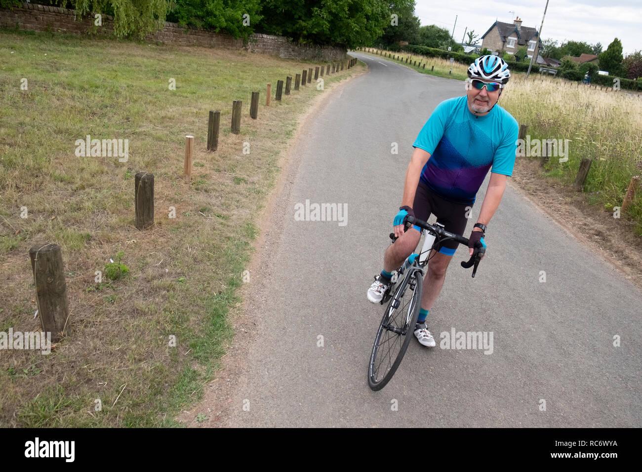 Un estilo de vida activo para ciclista senior, el mamil, un varón de mediana edad en lycra. Imagen De Stock
