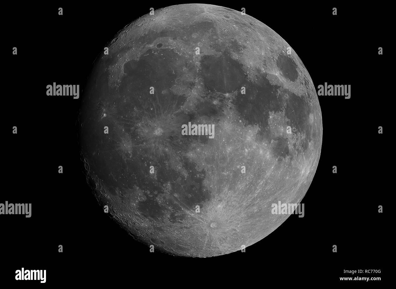 Grande y brillante de la Luna en cuarto menguante con cera, tomada ...