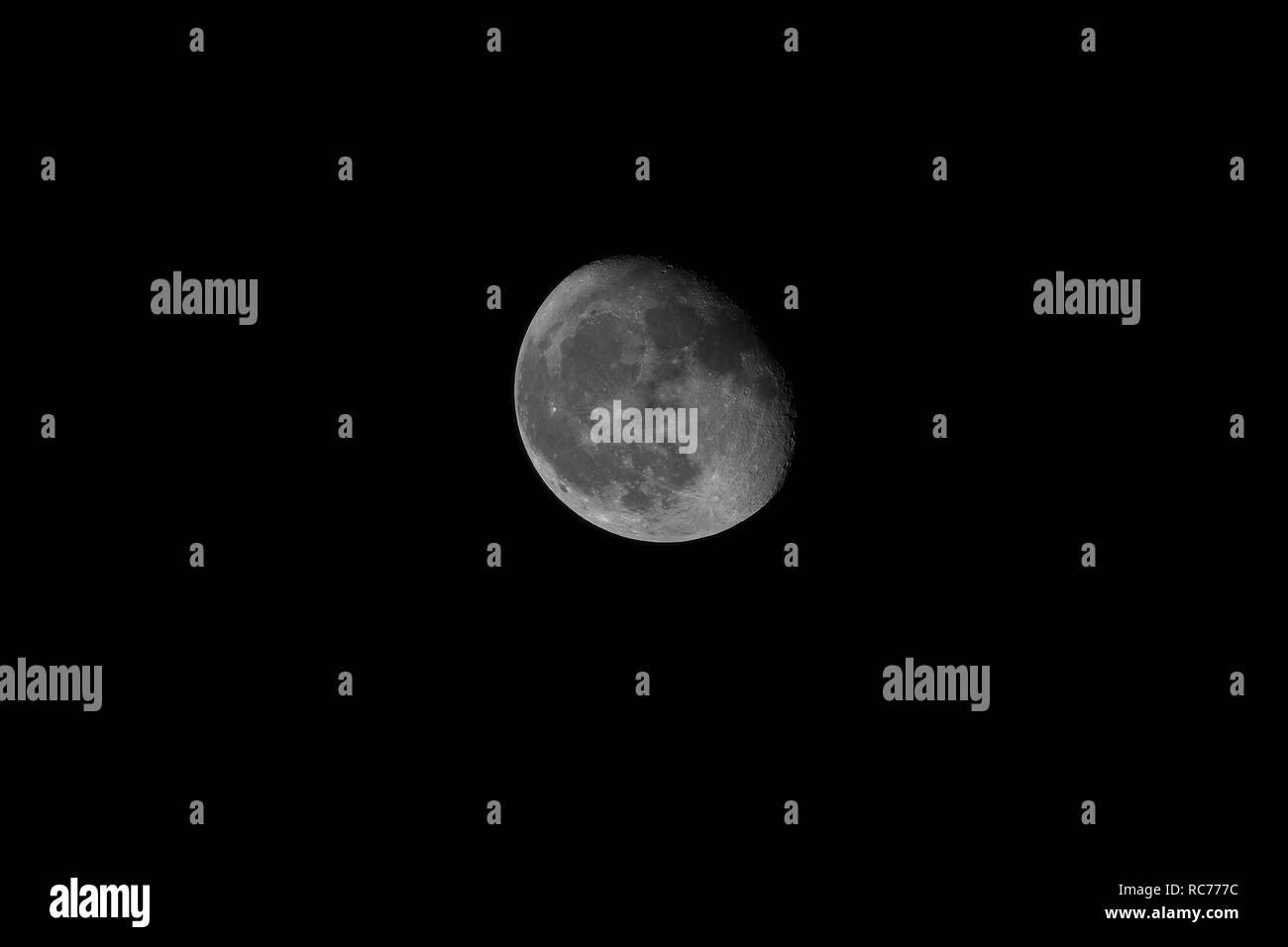 Poco luna menguante en cuarto menguante. Tomada por el telescopio ...