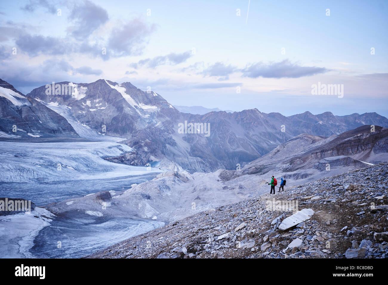 Excursionista amigos mirando glaciar, Mont Cervin, Cervino, Valais, Suiza Foto de stock