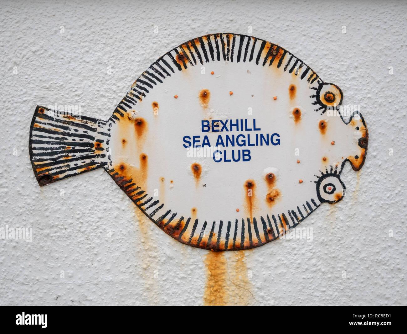 Un cartel en la forma de un pez en una pared en Bexhill Mar angulable Club Bexhill East Sussex, UK Imagen De Stock