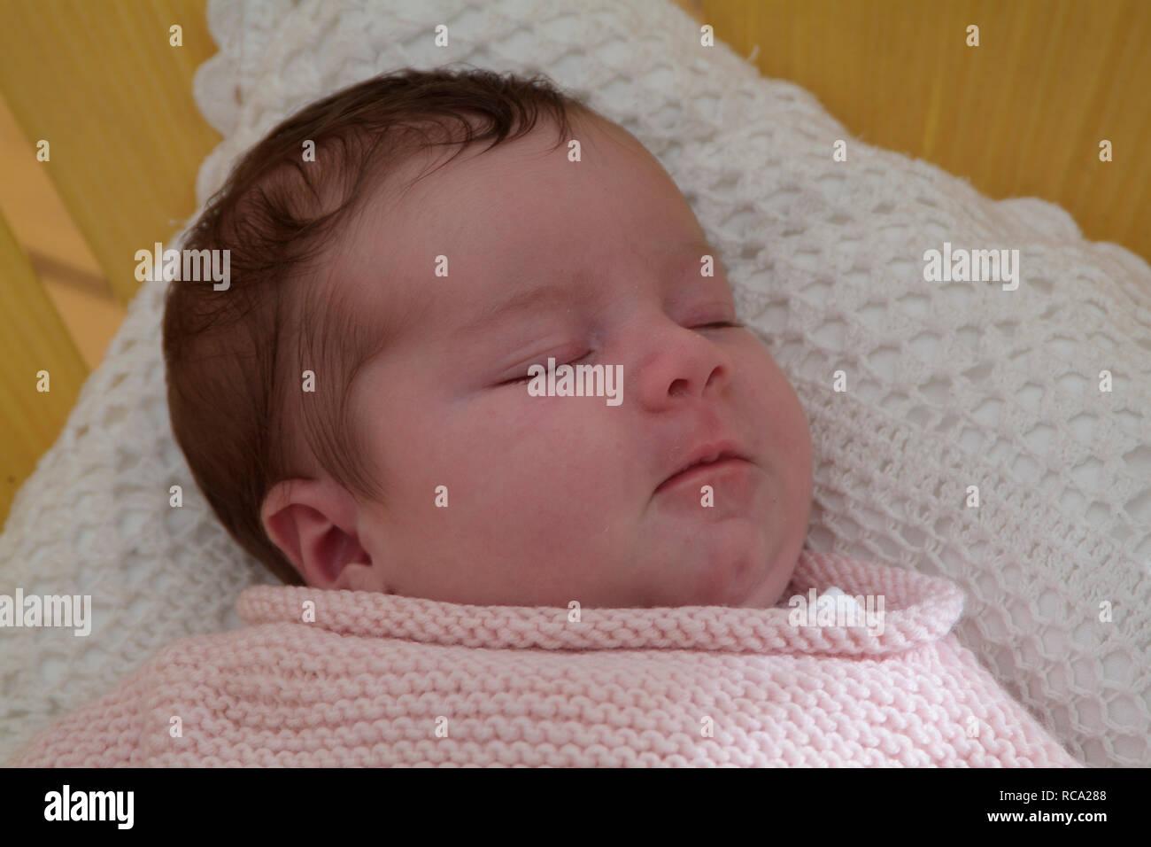 Bebé neugeborenes liegt auf einem Kissen, tipo das ist 12 Tage alt | bebé recién nacido acostado sobre una almohada - el bebé ist 12 días de edad. Foto de stock