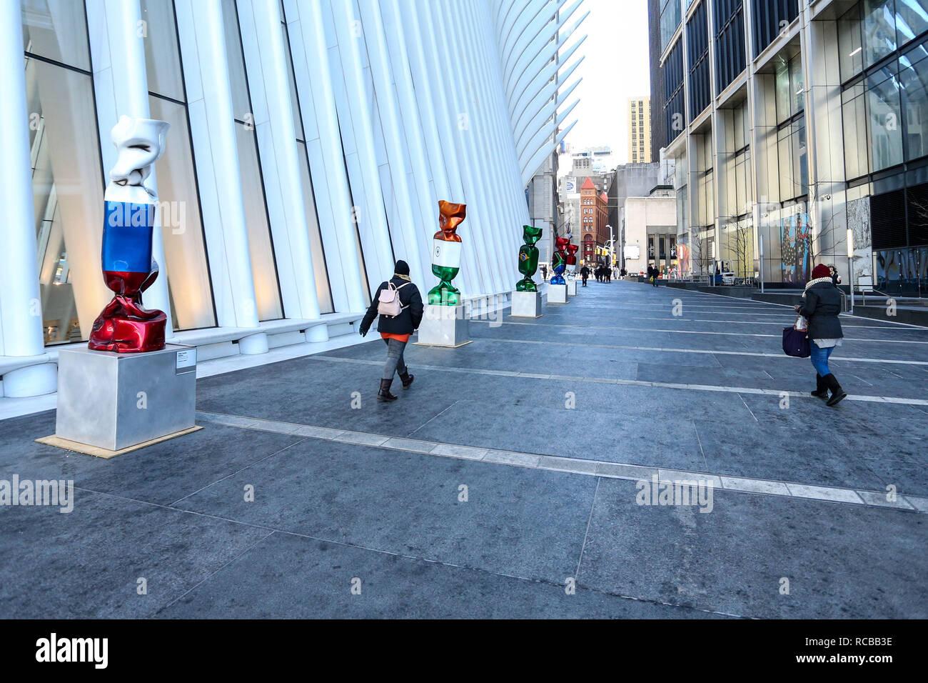 Nueva York, Nueva York, Estados Unidos. 14 ene, 2019. Escultura con las banderas de varias naciones; parte de una exhibición llamada ''Candy Unidas'' está representado fuera Oculus; uno de los edificios que sustituyó a la original del World Trade Center; el 14 de enero de 2019 en Nueva York. - Dulce Unidas representando las banderas de cada uno de los países del G20 como dulces envueltos de 9 metros de alto; ha suscitado críticas para su colocación fuera del 1 World Trade Center. Crédito: William Volcov/Zuma alambre/Alamy Live News Foto de stock