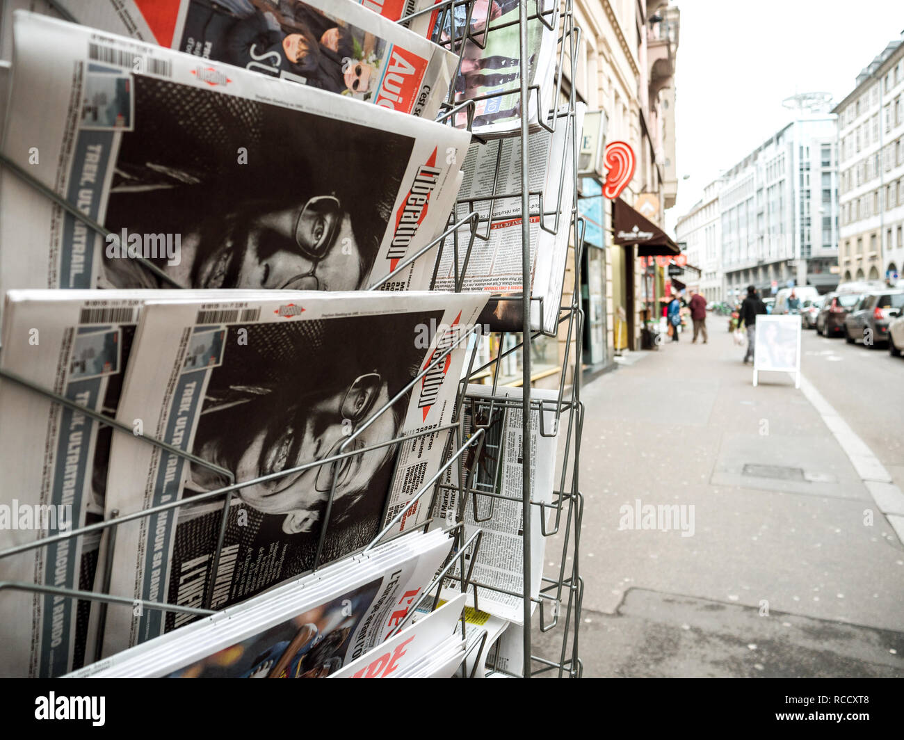 París, Francia - 15 de marzo de 2018: el periódico francés liberación con retrato de Stephen Hawking, físico teórico inglés cosmologist muertos el 14 de marzo de 2018 Foto de stock