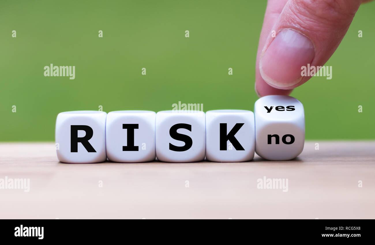 Tomar un riesgo? La mano se convierte dados y cambia la palabra 'no' a 'yes' (o viceversa) Foto de stock