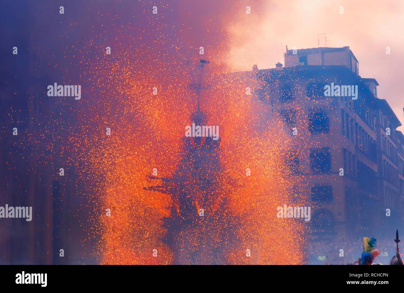 Explosión de fuegos artificiales, el Festival del carro, la Piazza del Duomo, Florencia, Toscana, Italia, Europa Imagen De Stock