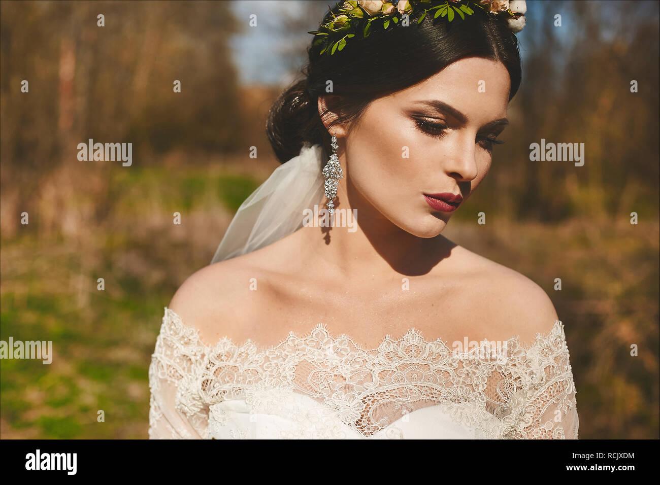 9317e511db Elegante y a la moda modelo morena chica con brillantes con maquillaje y  peinado de boda en