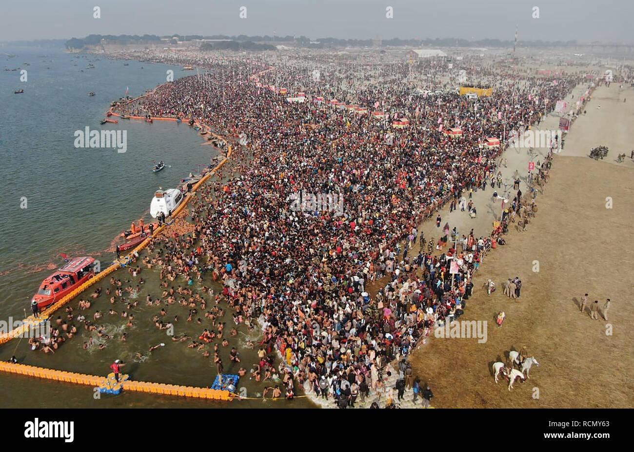 Allahabad, Uttar Pradesh, India. 15 Enero, 2019. Allahabad: un mar de devotos reunidos para tomar baño en Sangam en ocasión de Makar Sankranti, el primer Shahi Snan, durante el Kumbh Mela 2019 en Allahabad (Prayagraj) Martes, 15 Jan, 2019. Crédito: Prabhat Kumar Verma/Zuma alambre/Alamy Live News Foto de stock
