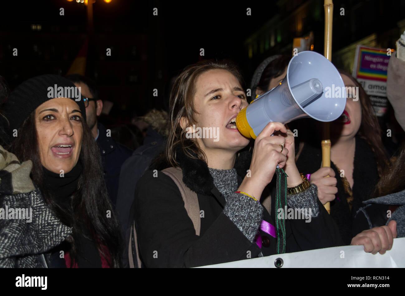 """Madrid, España. El 15 de enero de 2019. Miles de mujeres se reunieron en la Puerta del Sol, la plaza central de Madrid, para protestar contra las propuestas del partido de derechas VOX para finalizar con algunas leyes que prevén la igualdad de género en España. Se organizaron protestas durante toda la jornada en diferentes ciudades españolas bajo el lema """"Ni un paso atrás"""", que significa """"ningún paso atrás"""". En la imagen de la mujer protestando airadamente. Crédito: Lora Grigorova/Alamy Live News Imagen De Stock"""