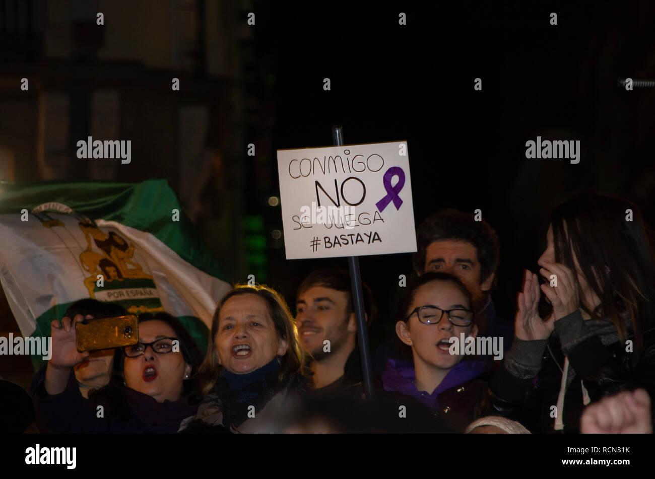 """Madrid, España. El 15 de enero de 2019. Miles de mujeres se reunieron en la Puerta del Sol, la plaza central de Madrid, para protestar contra las propuestas del partido de derechas VOX para finalizar con algunas leyes que prevén la igualdad de género en España. Se organizaron protestas durante toda la jornada en diferentes ciudades españolas bajo el lema """"Ni un paso atrás"""", que significa """"ningún paso atrás"""". En la imagen de la gente a la protesta. Hay un cartel que dice """"no puede jugar conmigo. Crédito: Lora Grigorova/Alamy Live News Imagen De Stock"""