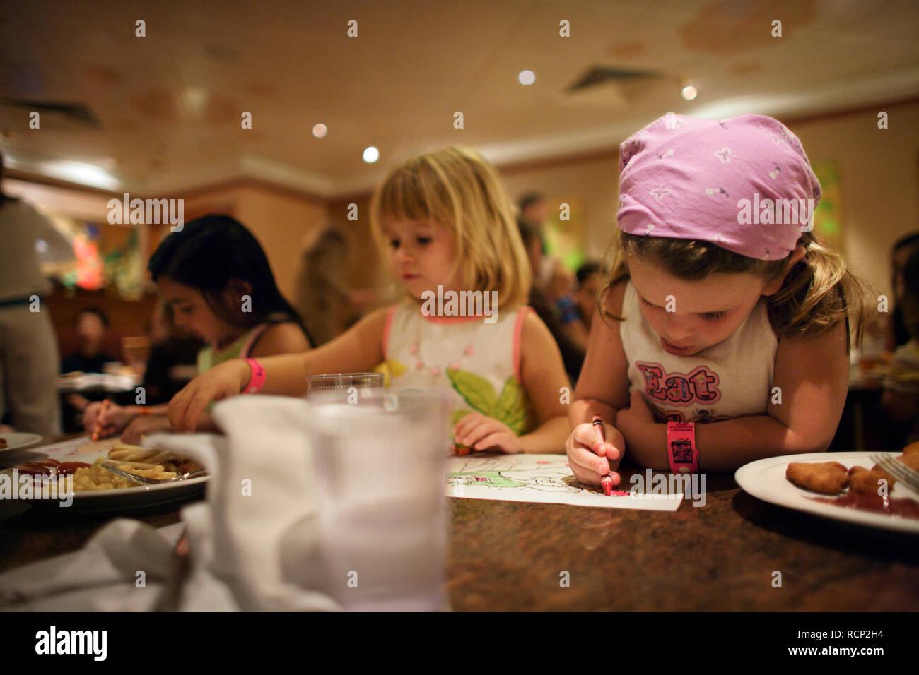 Colorear Tres Chicas Jóvenes En Una Mesa En Un Restaurante Para