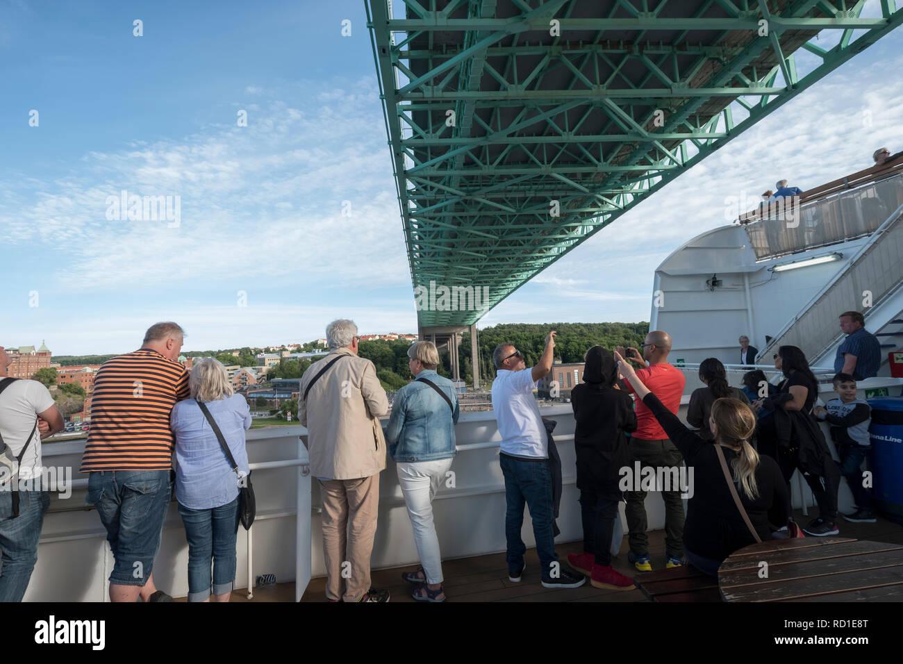 Los turistas fotografía cuando el ferry se ejecuta bajo Älvsborgsbron, Gotemburgo, Västergötland, Suecia. Foto de stock