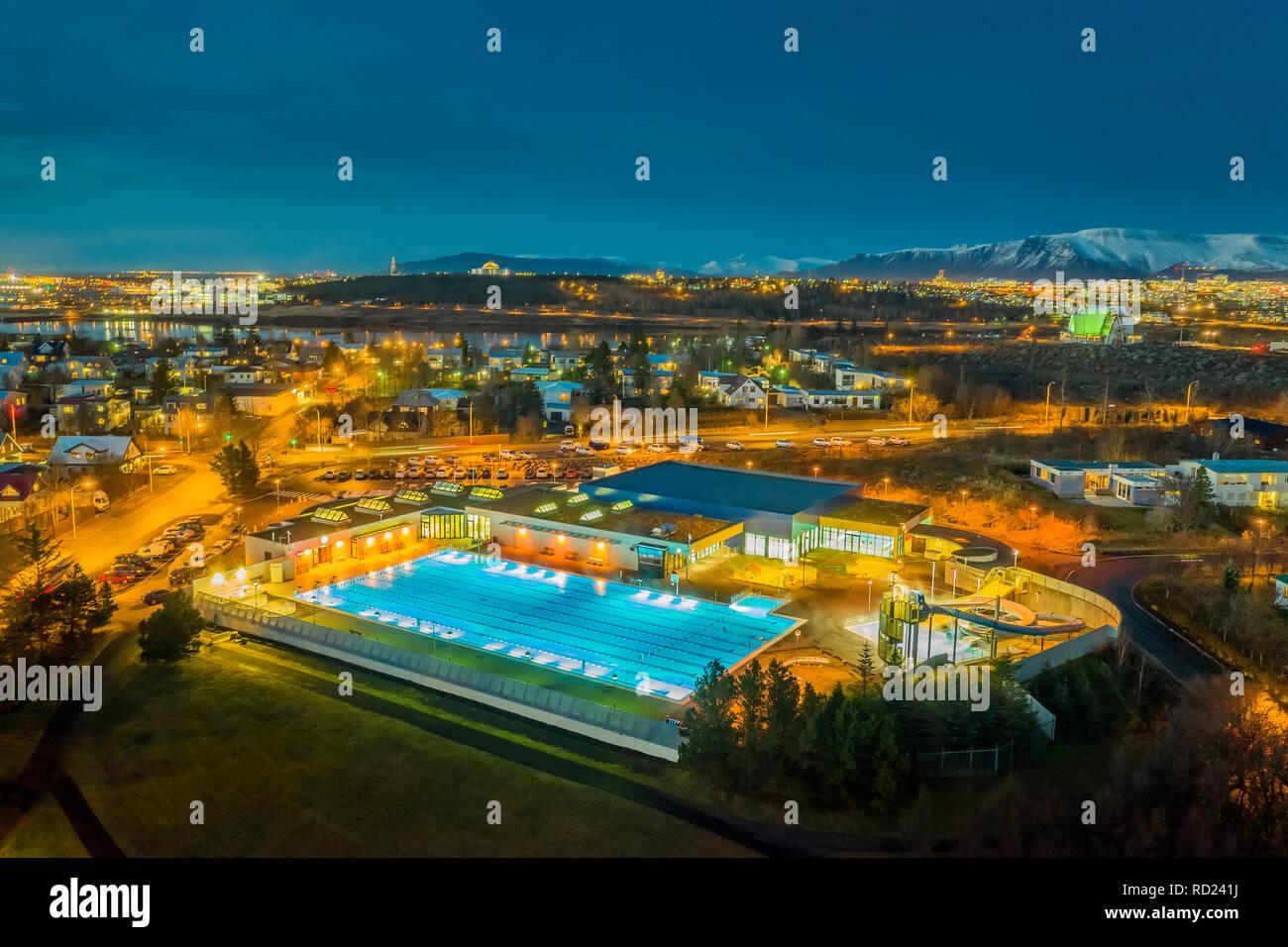 Piscina, Kopavogur, Islandia. Abierto todo el año y climatizada con energía geotérmica. Imagen De Stock