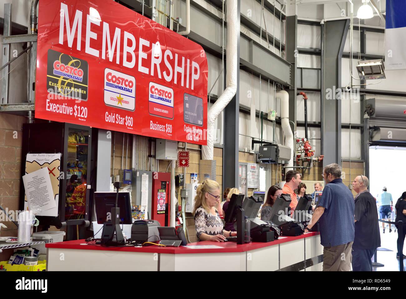 Costco Wholesale Warehouse composición contador con signo que indica los costos de tipos de membresía, EE.UU. Imagen De Stock