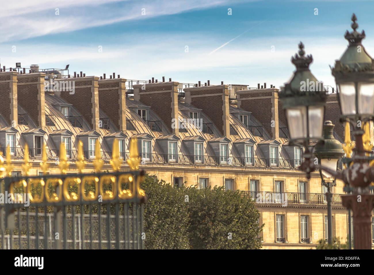 Grand Paris apartamentos con habitaciones abuhardilladas como se ve desde los portones de TheJardin Des Tuileries a lo largo de la Rue de Rivoli , Paris , Francia Imagen De Stock