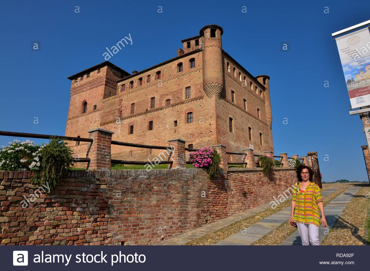 Grinzane Cavour, Piamonte, Italia. De julio de 2018. El majestuoso castillo de ladrillos rojos. Altamente visible, es un punto de referencia para esta pequeña ciudad. Yo Imagen De Stock