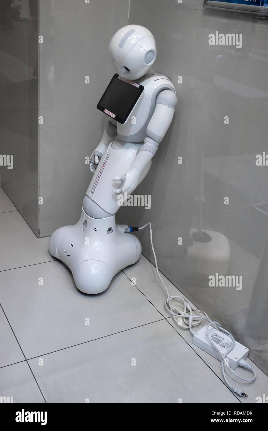 Miyazaki, Japón - Noviembre 10, 2018: Japonés robot muerto sin energía es apoyada contra una pared Foto de stock