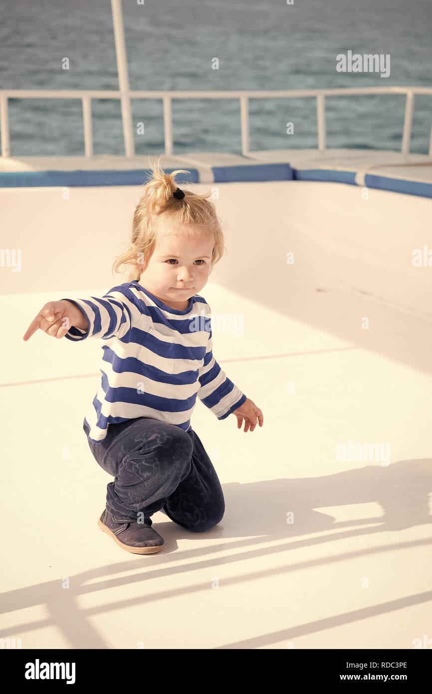 Adorable cute little baby capitán de barco o velero de crucero de verano.  Viajes de 14fc164da14