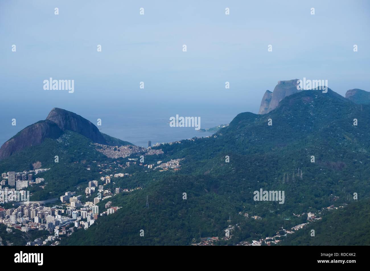 Paisaje de Morro Dois Irmaos, Rocinha, Pedra Bonita y Pedra da Gavea, Rio de Janeiro, Brasil Imagen De Stock