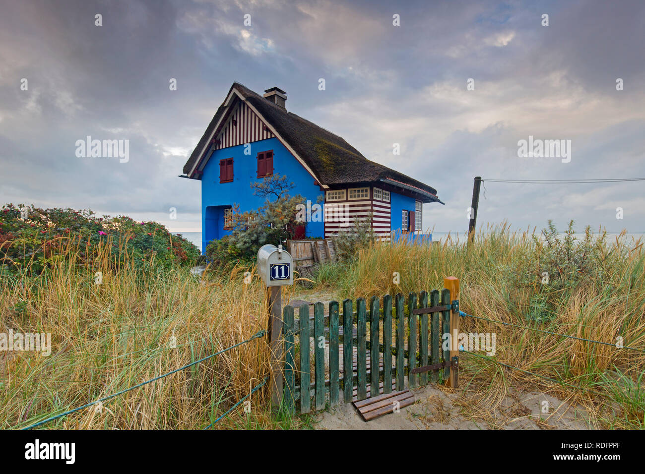 Casa de playa azul en la península Graswarder, Heiligenhafen, Schleswig-Holstein, Alemania Foto de stock