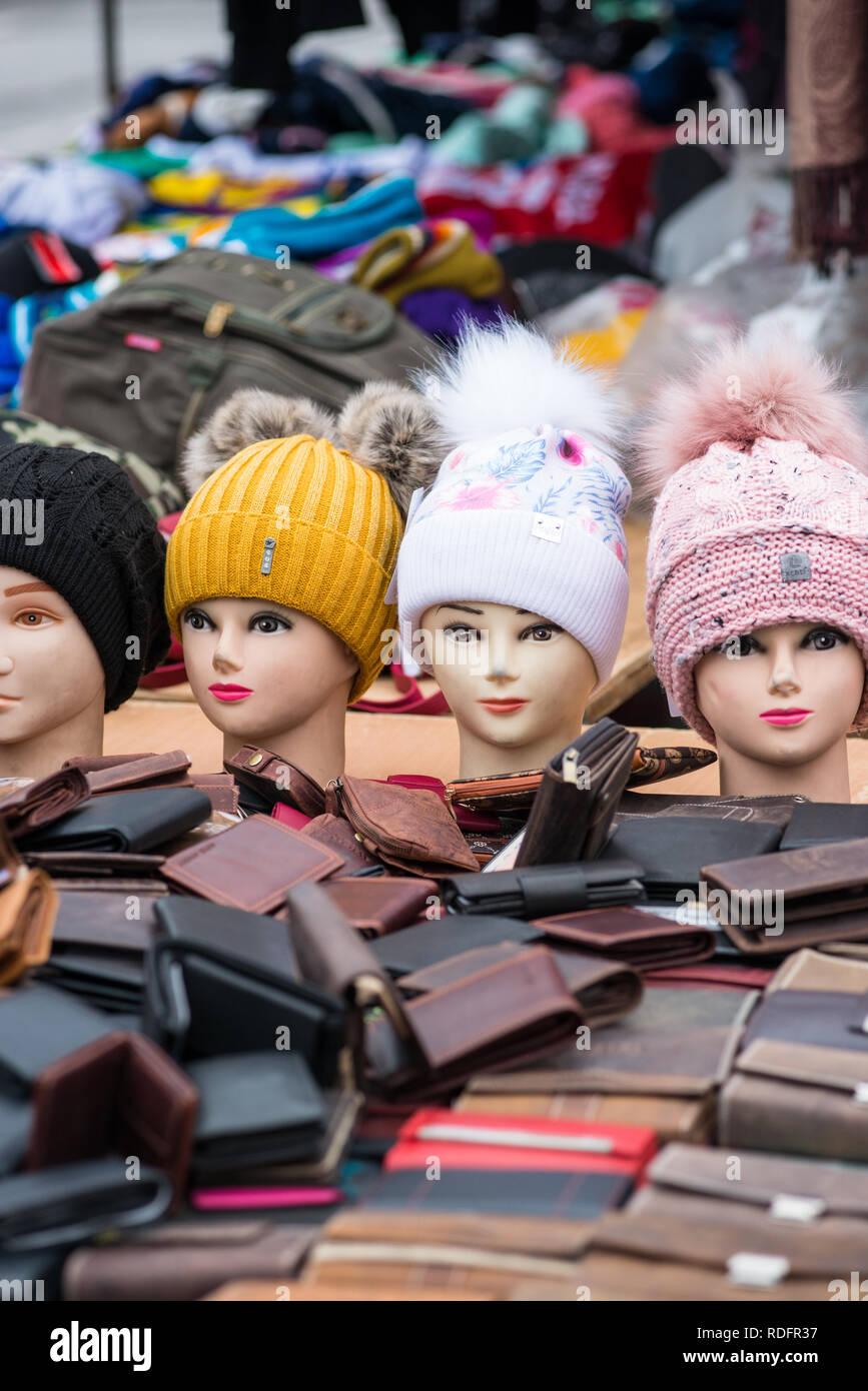 Maniqui cabezas con sombreros lanudo en Viena Naschmarkt Linke Wienzeile  mercadillo mercado de antigüedades. Austria e95dfc604a6