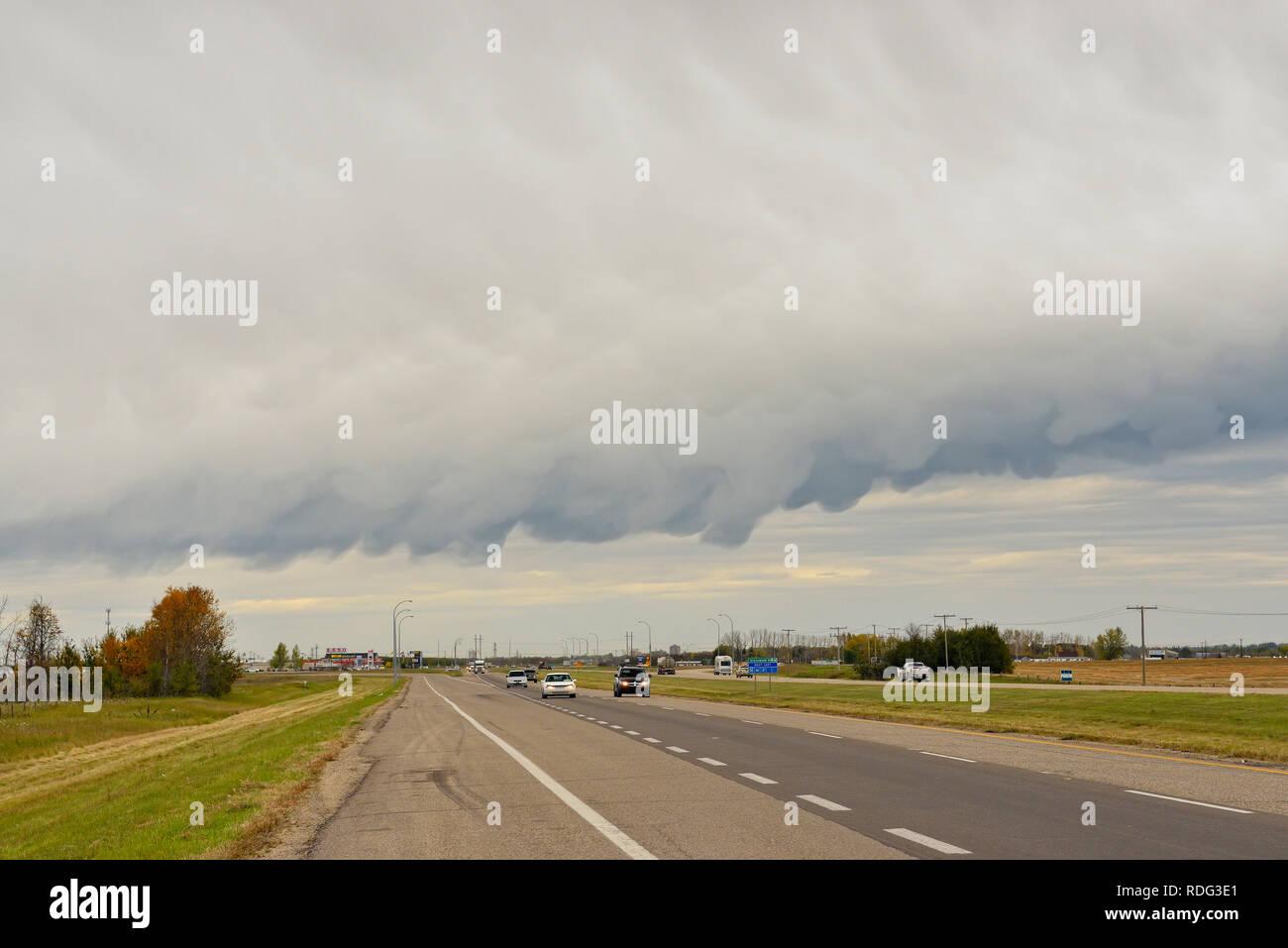 La formación de nubes amenazantes frente meteorológico, Saskatoon, Saskatchewan, Canadá Imagen De Stock