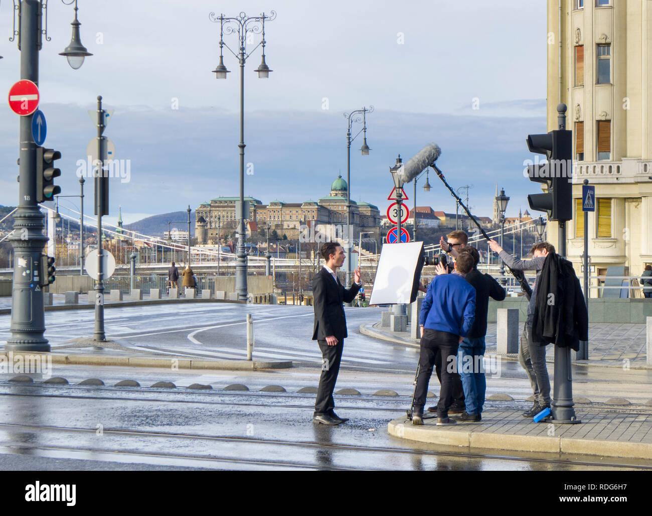 Film crew haciendo un reportaje sobre una de las calles de la ciudad Imagen De Stock