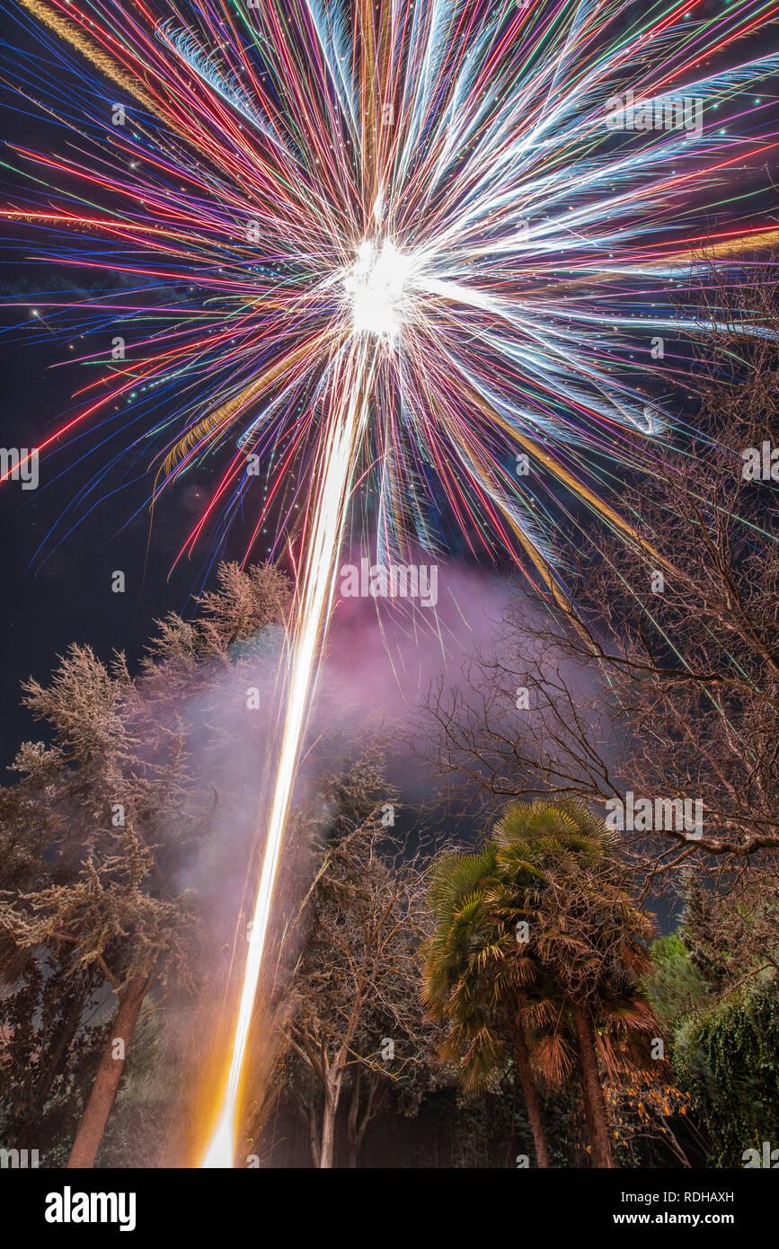 Un impresionante espectáculo de fuegos artificiales durante la celebración de Nochevieja para el comienzo de un feliz año nuevo en una agradable Navidad en España en la ciudad de Madrid Foto de stock