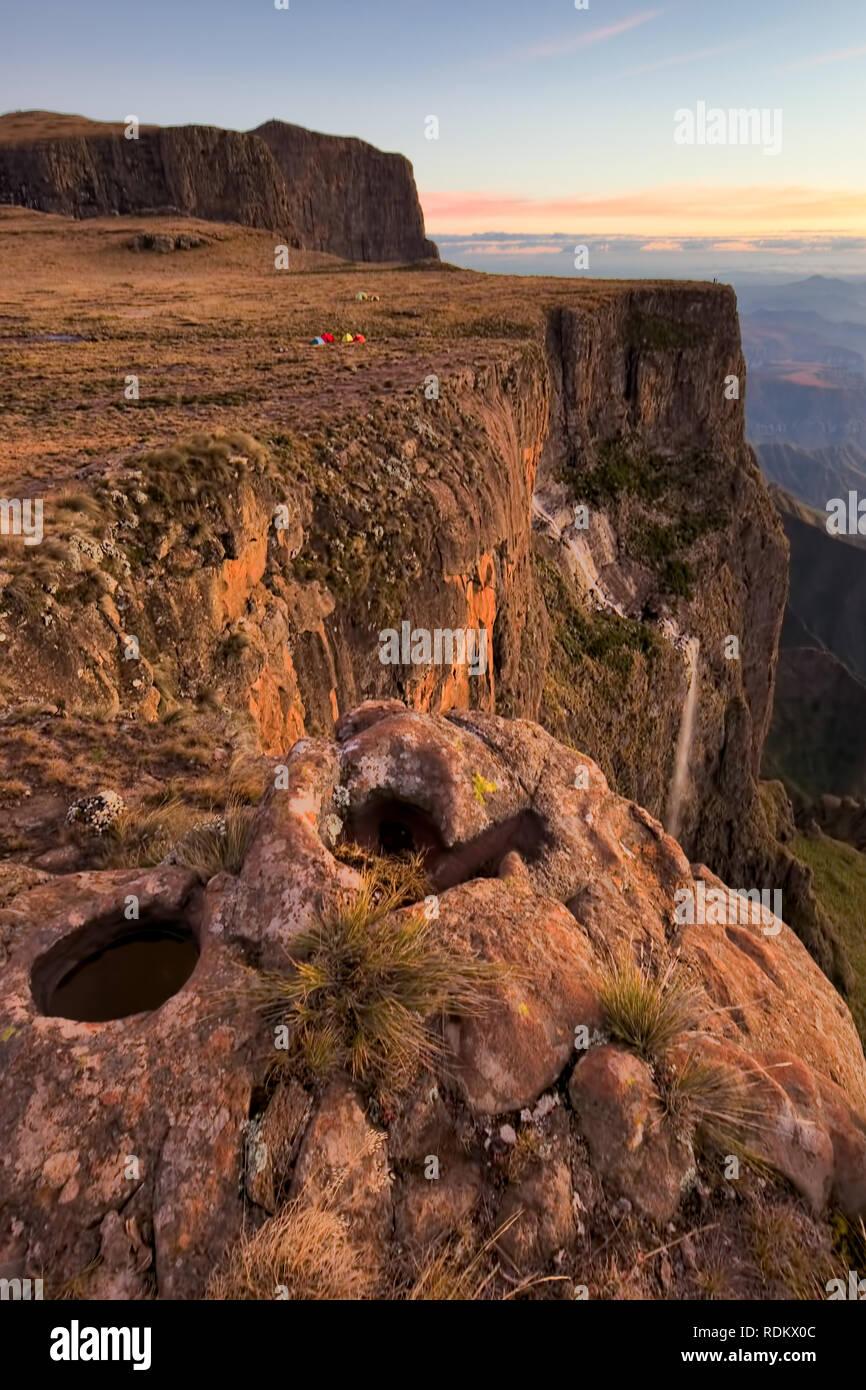 Thugela Falls se encuentra entre las cataratas más altas del mundo, su posición entre la primera y la tercera es incierta debido a discrepancias en la medición. Foto de stock