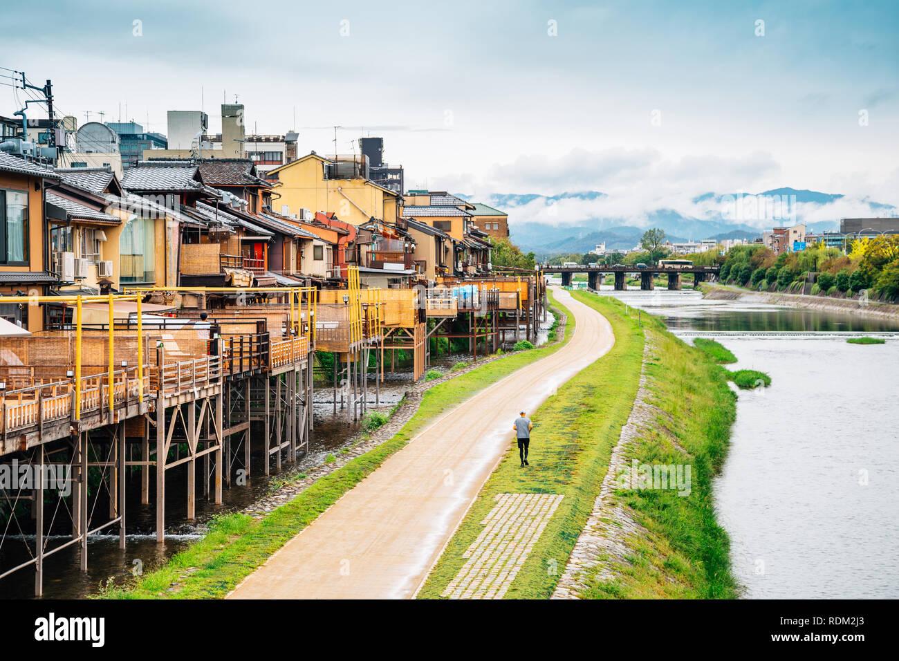 Pontocho antiguo restaurante y el río Kamo en Kyoto, Japón Foto de stock