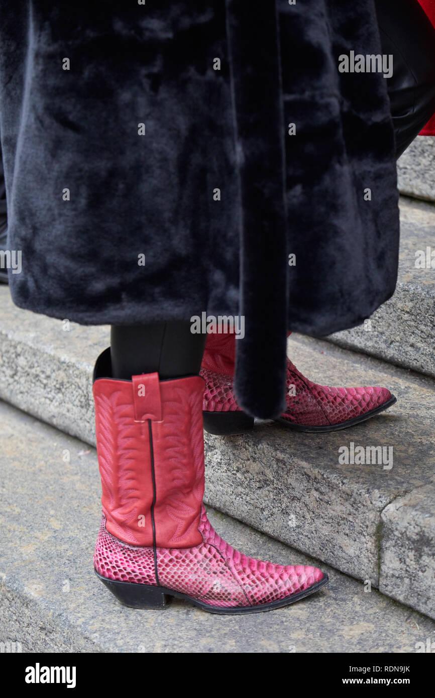 359d156d Milán, Italia - 12 de enero de 2019: Mujer con botas vaqueras de ...