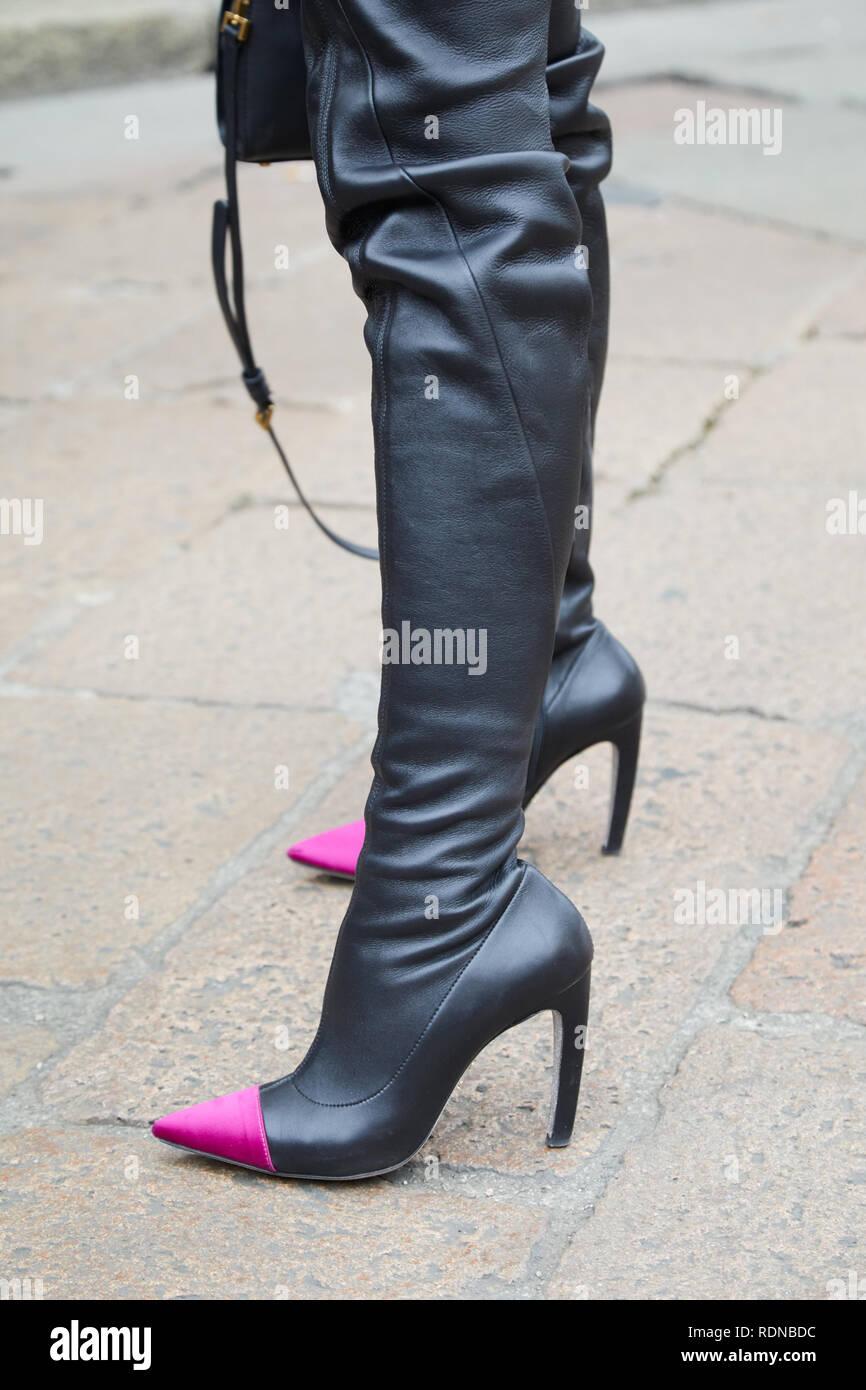 a9814891 Milán, Italia - 12 de enero de 2019: Mujer con botas de cuero negro ...