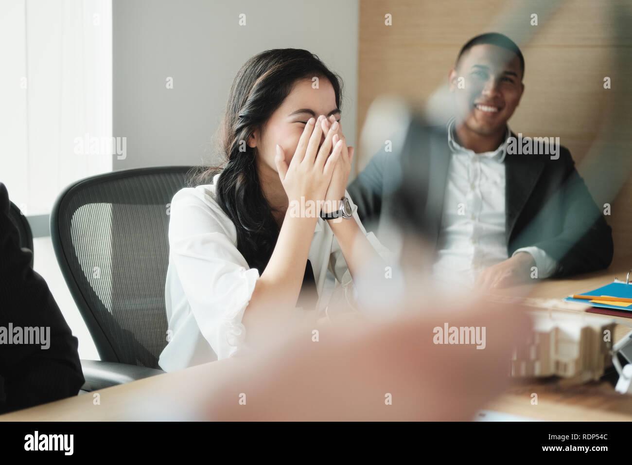 Trabajo en equipo con la joven mujer de negocios asiáticos y empresario negro Foto de stock