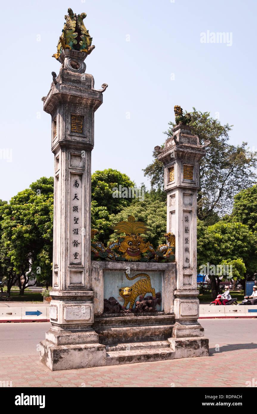 Grandes pilares de piedra marcando la entrada al Quán Thánh Templo Taoísta, Hanoi, Vietnam Imagen De Stock