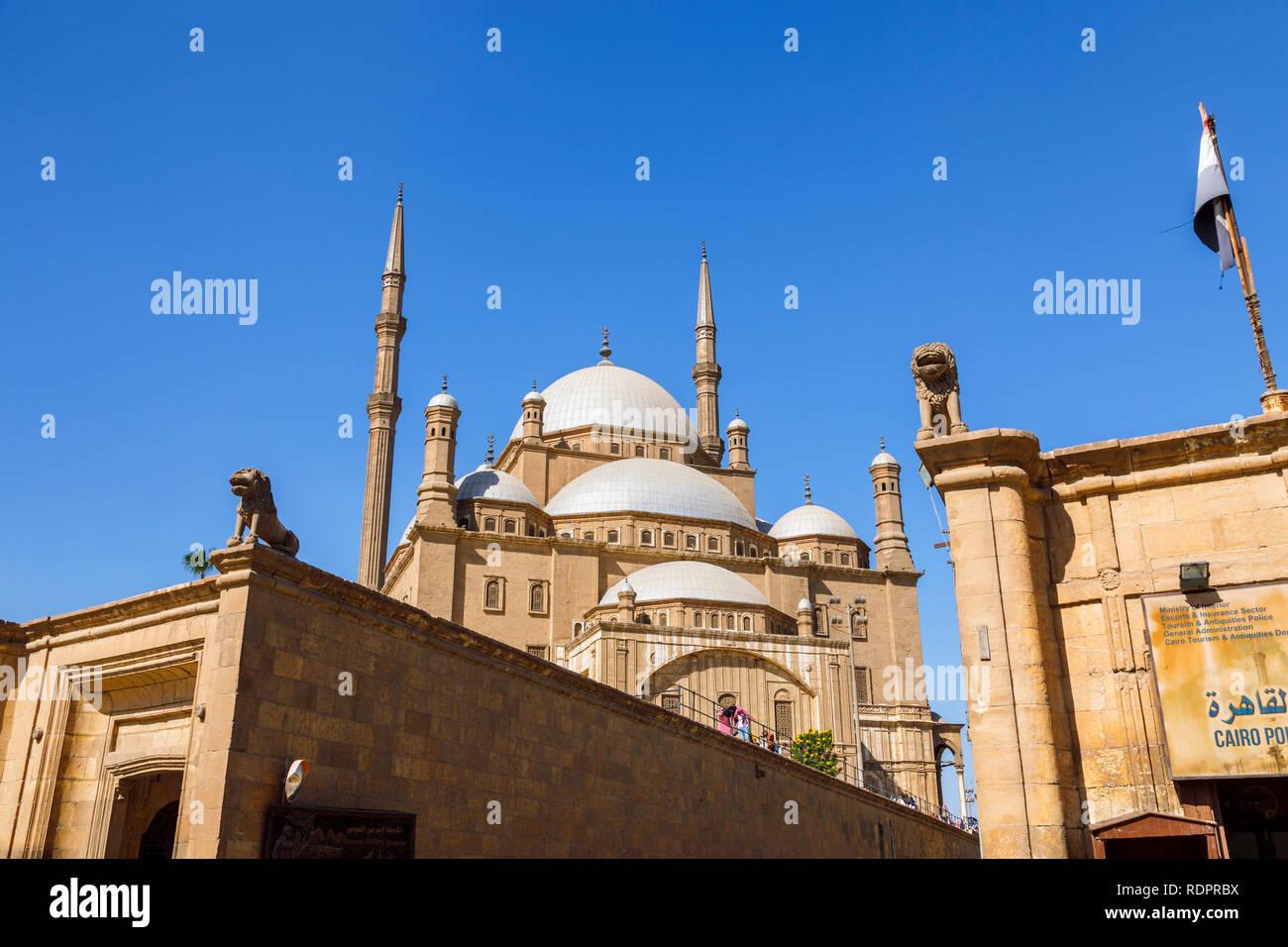 Vista de las cúpulas y minaretes de la Mezquita de Muhammad Ali Pasha en la Ciudadela de Saladino, una fortificación medieval islámico en El Cairo, Egipto Foto de stock
