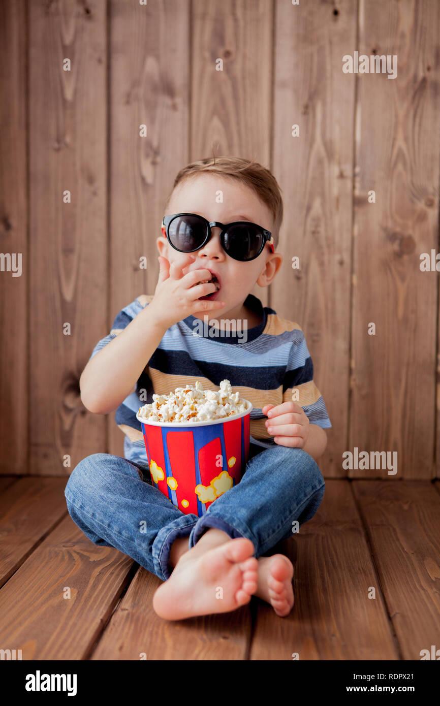 d67e27aaf3 Poco chico lindo bebé niño 2-3 años , cine 3D gafas sosteniendo la cuchara