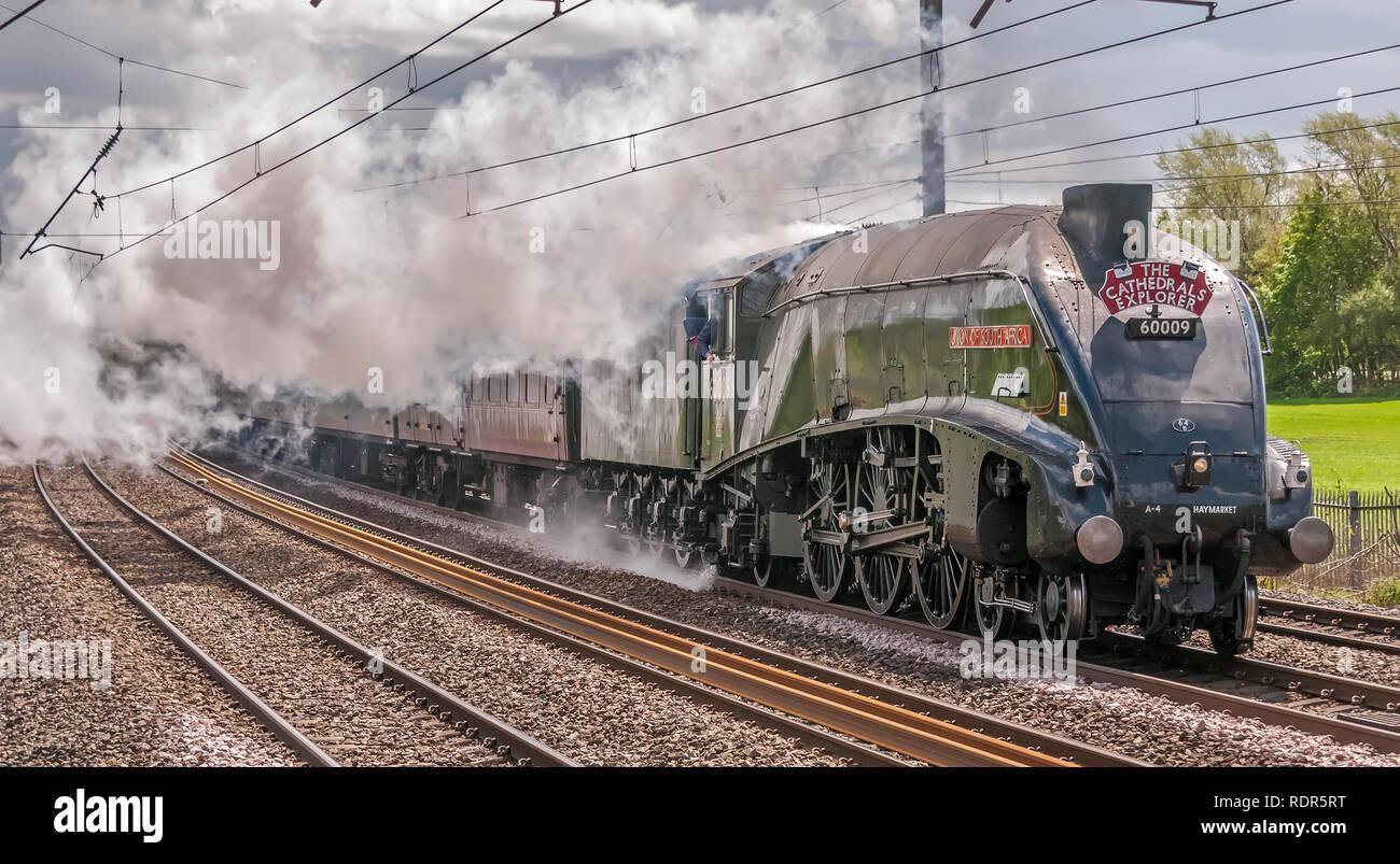 Unión de África Soiuth una locomotora de vapor clase Pacífico4 lances las Catedrales Explorer tour ferroviario en la línea principal de la costa oeste WCML en Winwick. Imagen De Stock