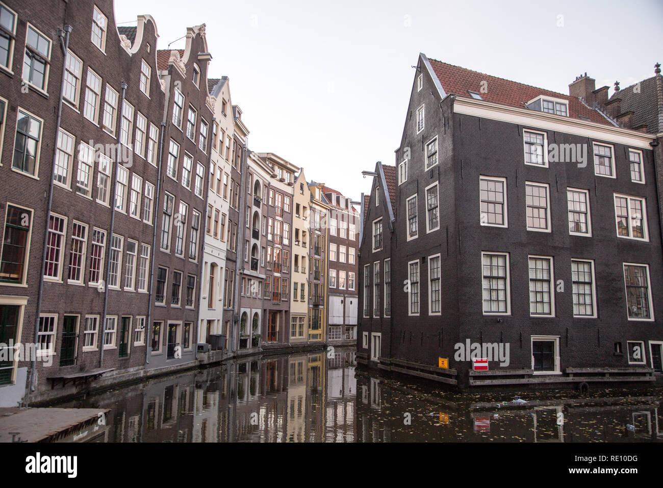 Vista típica del terraplén del canal en el centro histórico de la ciudad, Ámsterdam, Países Bajos Foto de stock