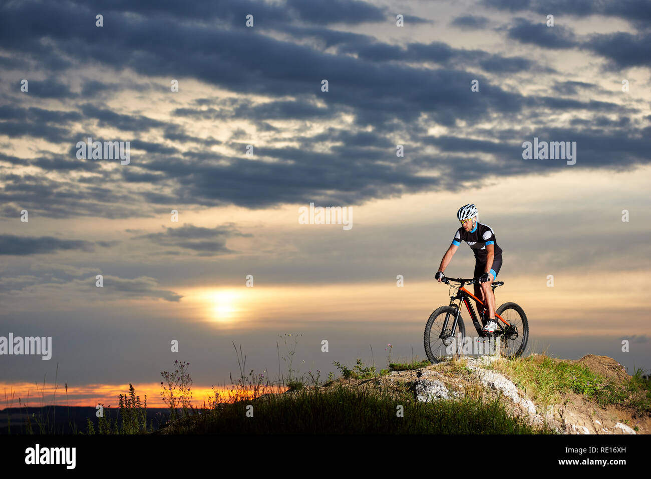 c65ca2ed81eb9 Bicicleta de montaña equitación ciclista profesional en Rock Hill con  entusiasmo. Enérgico y Atlético hombre en ropa deportiva