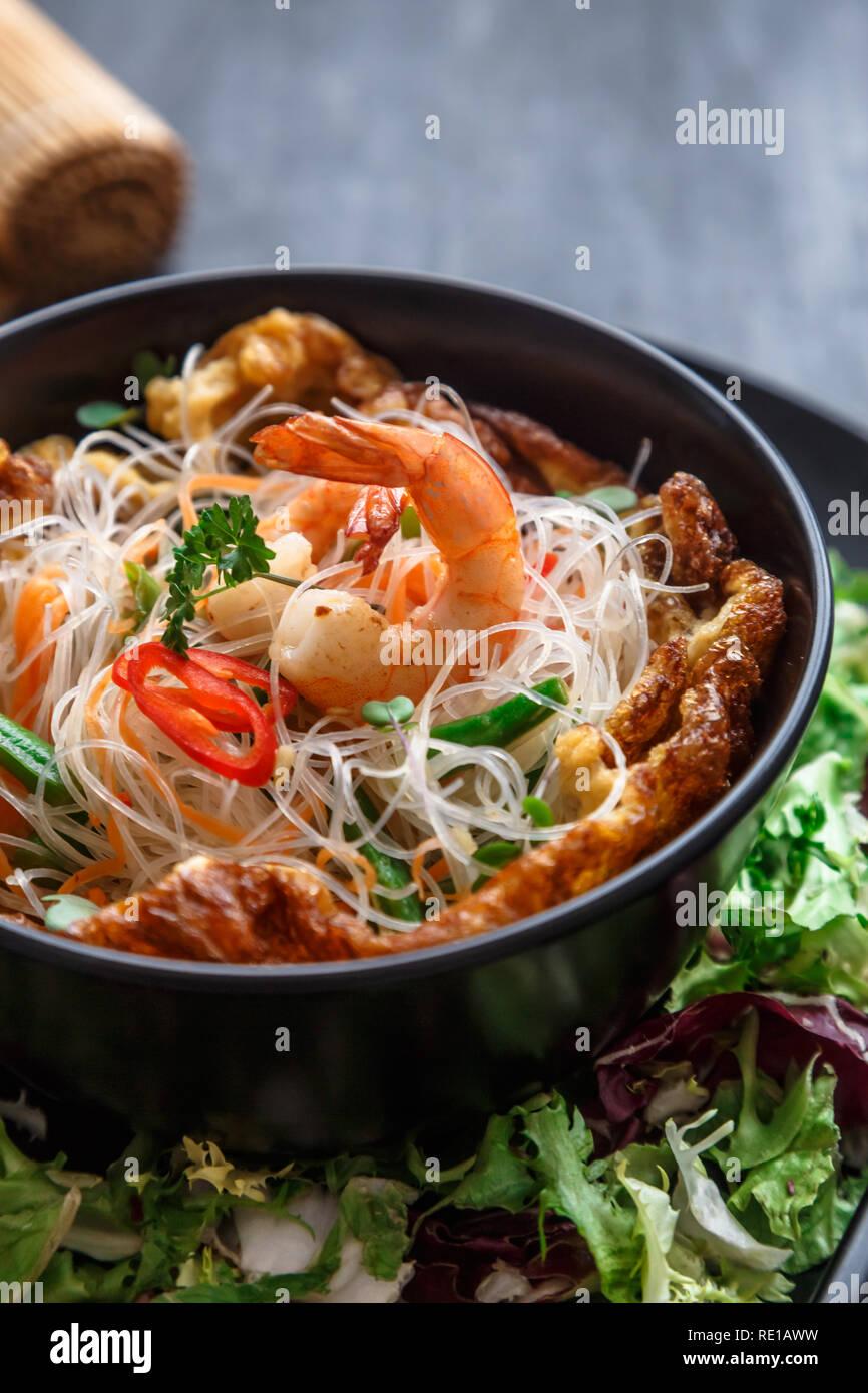 Ensalada Asiatica Con Fideos De Arroz Con Gambas Y Verduras Closeup Fotografia De Stock Alamy