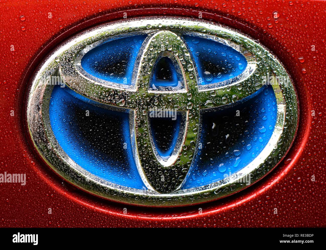 Berlín, Alemania - 8 de septiembre de 2017: azul para el logotipo de la compañía de coches híbridos de Toyota en un Toyota Prius 4 Imagen De Stock