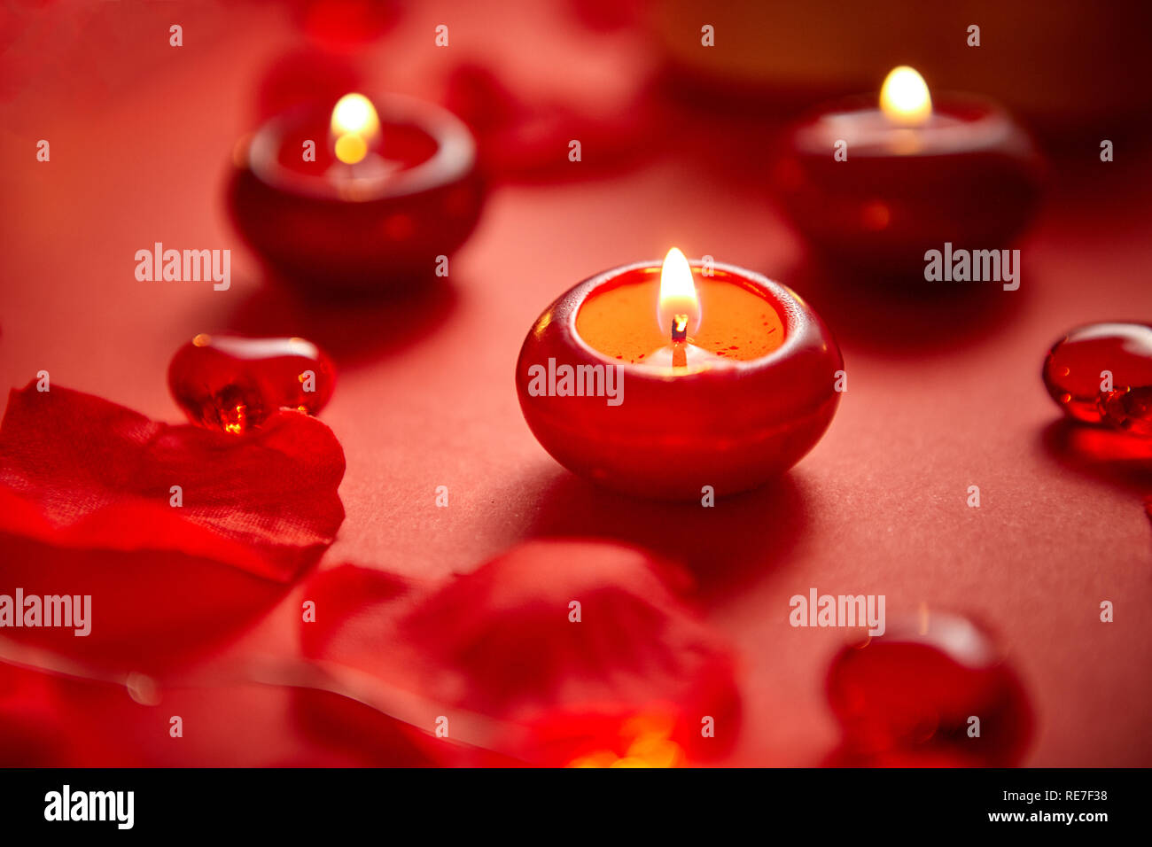 Cena Romántica Decoración Velas Rojas Pétalos De Flores