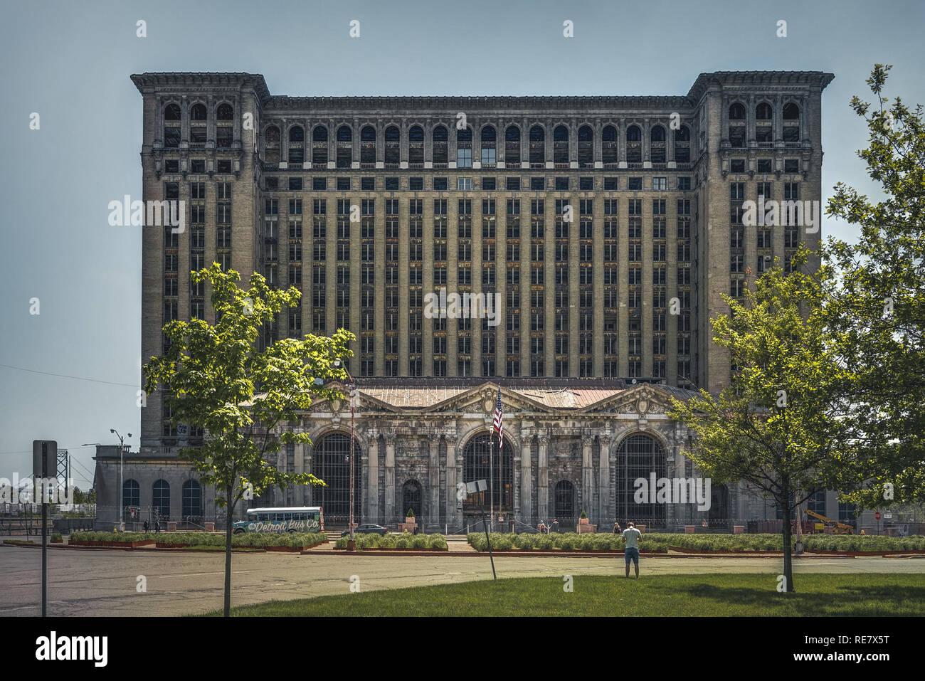 detroit michigan estados unidos octubre 2018 vista del antiguo edificio de la estacion central de michigan en detroit que sirvio como un importante deposito ferroviario fotografia de stock alamy alamy