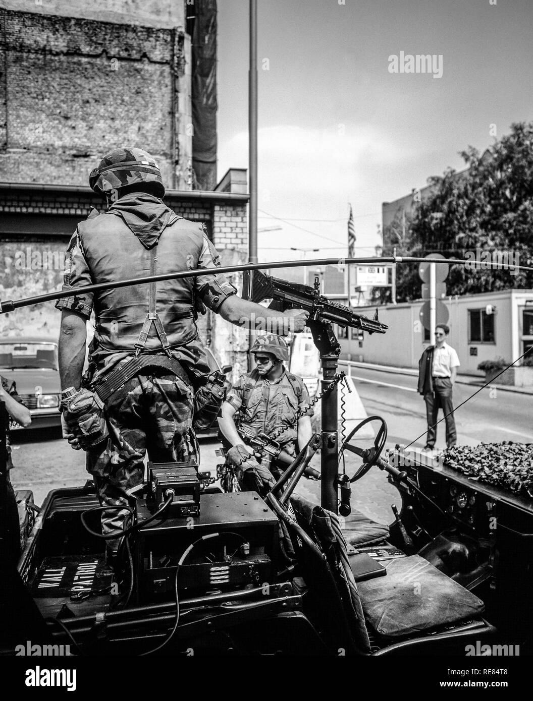 Agosto de 1986, Berlín, el ejército estadounidense patrulla de pared en Allied Checkpoint Charlie, la calle Friedrichstrasse, Kreuzberg, Berlín occidental, Alemania, Europa, Imagen De Stock