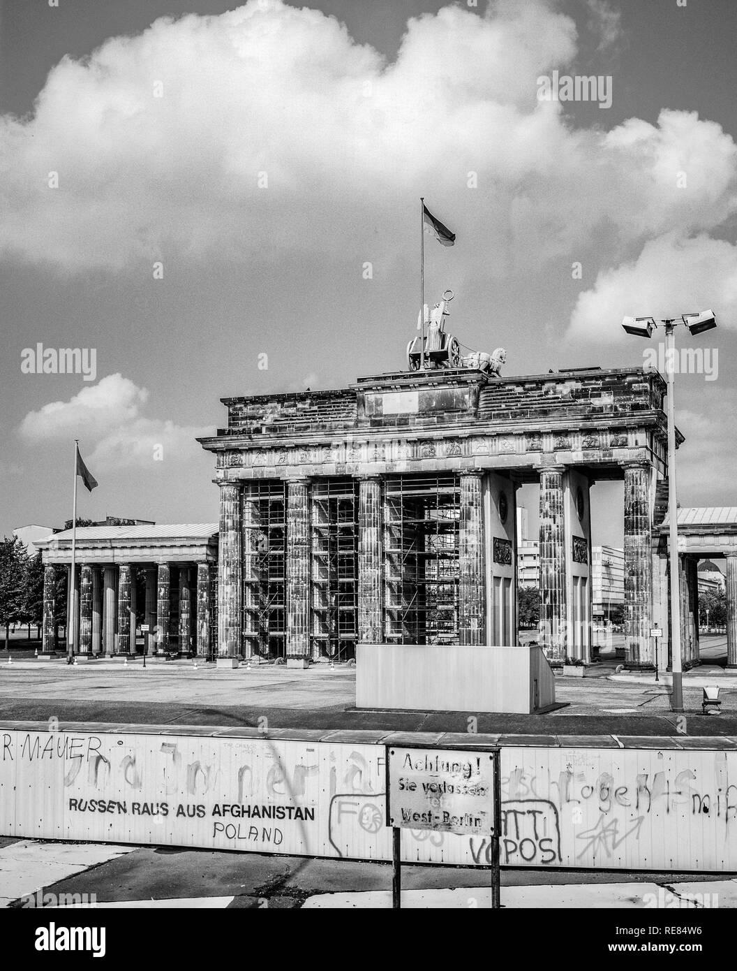 Agosto de 1986, el muro de Berlín y la Puerta de Brandenburgo en Berlín Oriental, Berlín occidental, Alemania, Europa, Imagen De Stock
