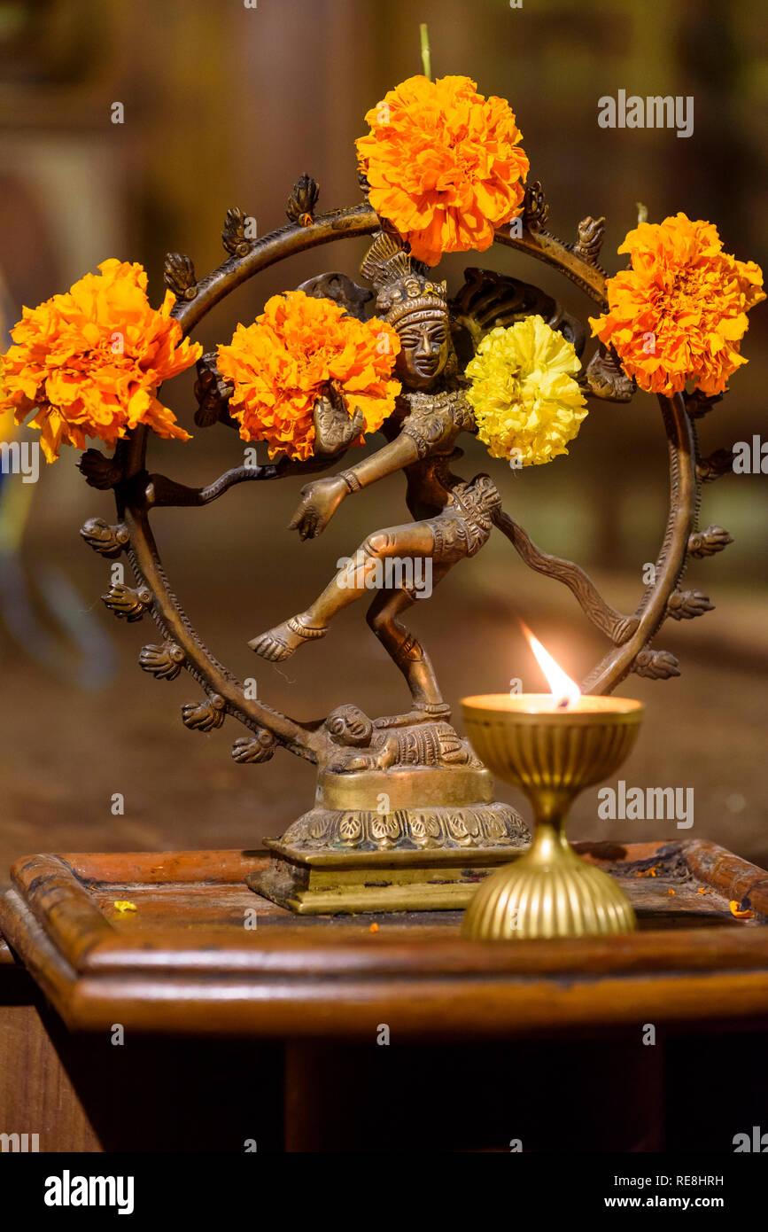 Lámpara de aceite y estatua Hindú / escultura, juego tradicional / danza, Kerala Kathakali el rendimiento, Cochin, Kochi, Kerala, India Imagen De Stock