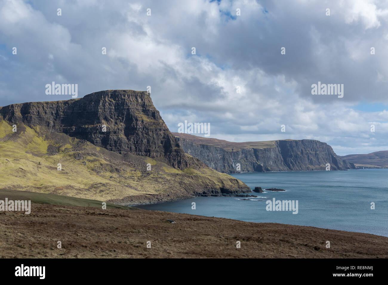 Waterstein Head y Moonen Bay desde Neist Point, Isla de Skye, Escocia Foto de stock