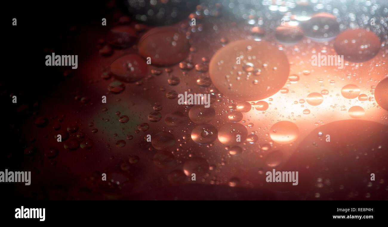 Burbujas de aceite en agua fondo de colores abstractos Foto de stock