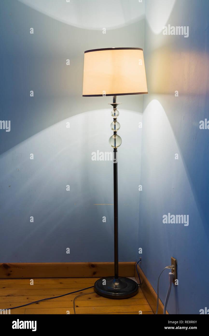 Iluminado en azul la lámpara de pedestal antiguo dormitorio en el piso de arriba dentro de un viejo 1807 Canadiana estilo inicio Imagen De Stock