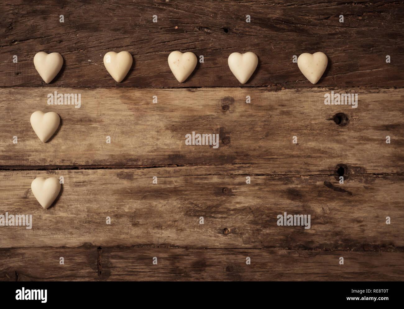 Composición De Los Enamorados Corazones De Chocolate Blanco Y Negro